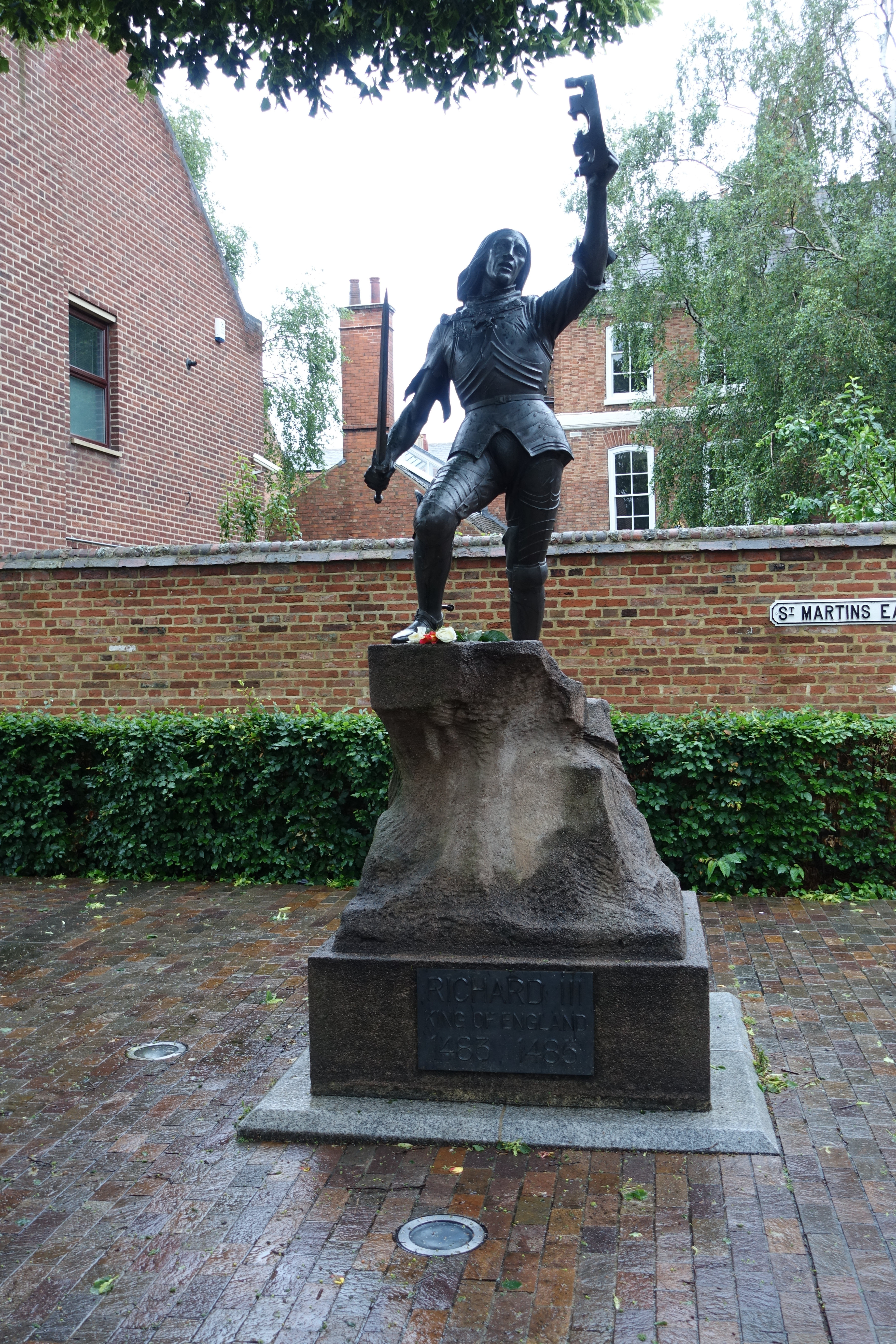 a statue of King Richard III installed in Cathedral Gardens - photo by Juliamaud